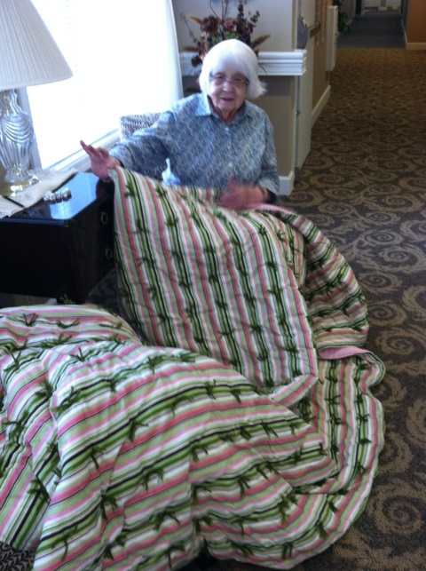 Name:  20120803 Kay with finished quilt.jpg Views: 418 Size:  148.1 KB