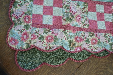 Name:  scalloped quilt closeup.jpg