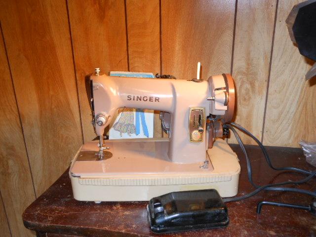 Name:  three quarter size sewing machines 4-7-12 019.JPG Views: 3301 Size:  128.4 KB