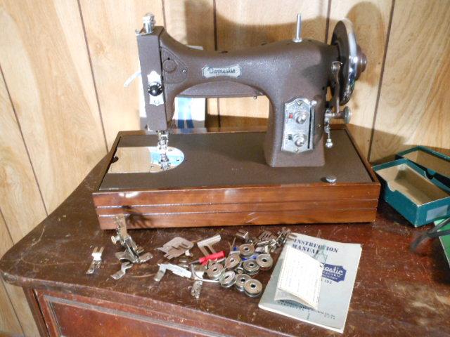 Name:  three quarter size sewing machines 4-7-12 032.JPG Views: 3505 Size:  133.5 KB