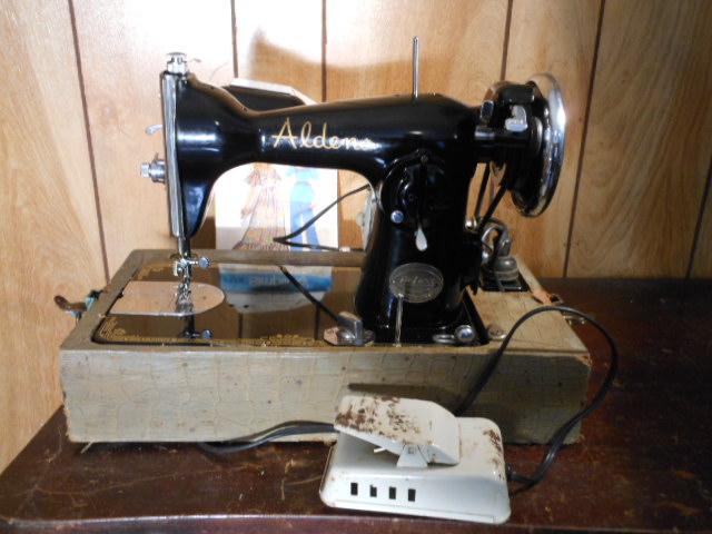 Name:  three quarter size sewing machines 4-7-12 069.JPG Views: 4742 Size:  131.9 KB