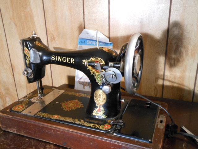 Name:  three quarter size sewing machines 4-7-12 059.JPG Views: 3558 Size:  130.4 KB