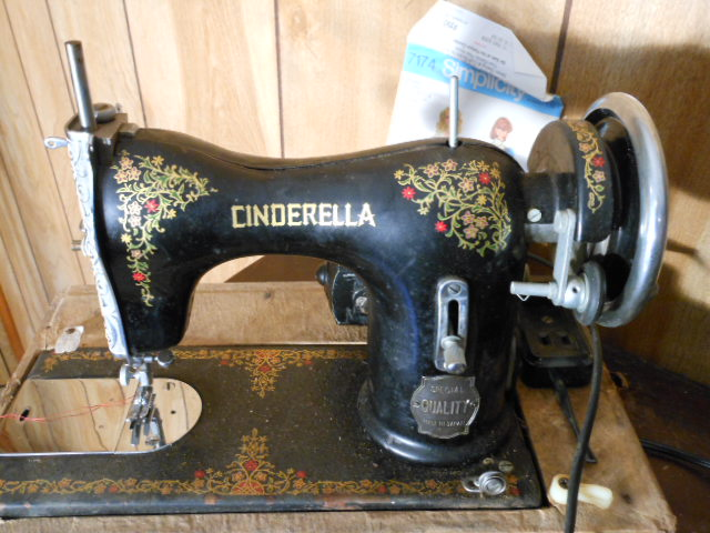 Name:  three quarter size sewing machines 4-7-12 097.JPG Views: 3975 Size:  133.1 KB