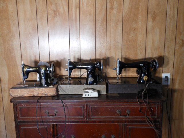 Name:  three quarter size sewing machines 4-7-12 079.JPG