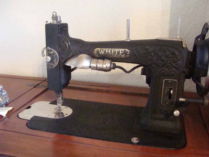 Name:  Antique Sewing Machine 004 (800x600).jpg