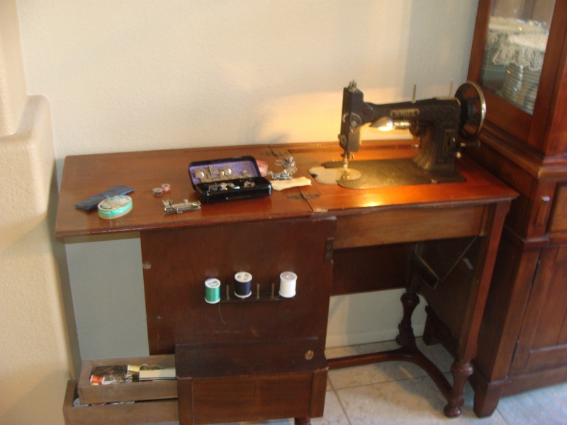Name:  Antique Sewing Machine 001 (800x600).jpg